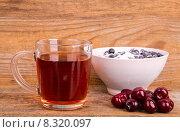 Чашка чая черешня и черника в белой миске на деревянном фоне. Стоковое фото, фотограф Владимир Ходатаев / Фотобанк Лори