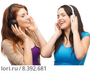 Купить «two smiling teenagers with headphones», фото № 8392681, снято 27 ноября 2013 г. (c) Syda Productions / Фотобанк Лори