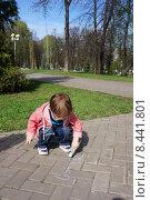 Ребенок рисует мелом на асфальте. Стоковое фото, фотограф Матвеева Елизавета / Фотобанк Лори
