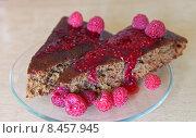 Купить «Два кусочка малинового пирога с вареньем и свежими ягодами», фото № 8457945, снято 29 июля 2015 г. (c) Виктория Катьянова / Фотобанк Лори