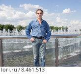 Мужчина стоит возле фонтана. Стоковое фото, фотограф Игорь Ворожбитов / Фотобанк Лори