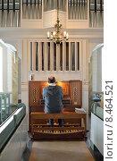 Купить «Церковный органист играет на органе псалмы. Перхо, Финляндия», фото № 8464521, снято 14 июля 2015 г. (c) Валерия Попова / Фотобанк Лори