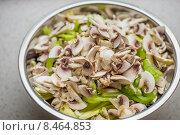 Порезанные шампиньены с зеленым перцем в миске. Стоковое фото, фотограф Малахов Алексей / Фотобанк Лори