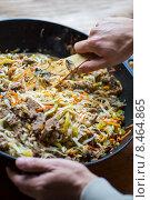 Лапша удон с овощами и говядиной, повар мешает лопаткой в воке. Стоковое фото, фотограф Малахов Алексей / Фотобанк Лори