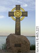 Поклонный крест на озере Неро, установленный в память о крещении в 991 году первых жителей Ростова Великого (2015 год). Редакционное фото, фотограф Ковалев Василий / Фотобанк Лори