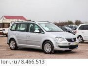 Купить «Volkswagen Touran», фото № 8466513, снято 19 апреля 2012 г. (c) Art Konovalov / Фотобанк Лори