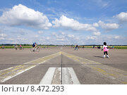 Berlin, Germany, little girl on inline skates and pedestrians on the runway of the former Tempelhof Airport (2014 год). Стоковое фото, агентство Caro Photoagency / Фотобанк Лори