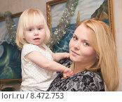 Купить «Мама с ребенком на руках», фото № 8472753, снято 30 декабря 2014 г. (c) Олег Хархан / Фотобанк Лори