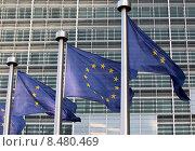 Развевающиеся флаги Евросоюза на фоне здания штаб-квартиры Комиссии в Брюсселе (2011 год). Стоковое фото, фотограф Alexey Matushkov / Фотобанк Лори