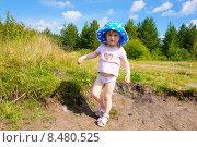Девочка бегает на берегу реки летом возле леса (2015 год). Редакционное фото, фотограф Кокорина Валерия Николаевна / Фотобанк Лори