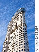 Купить «Современный небоскреб. Жилой комплекс Дирижабль», фото № 8481397, снято 5 августа 2015 г. (c) Victoria Demidova / Фотобанк Лори