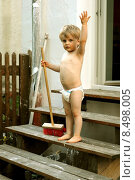 Купить «young child blond toddler broom», фото № 8498005, снято 29 января 2020 г. (c) PantherMedia / Фотобанк Лори
