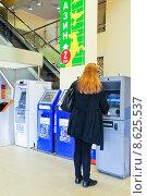 Купить «Женщина у банкомата в торговом центре», эксклюзивное фото № 8625537, снято 18 апреля 2013 г. (c) Алёшина Оксана / Фотобанк Лори