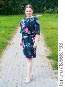 Купить «Красивая молодая женщина в летнем парке», фото № 8668193, снято 5 августа 2015 г. (c) Наталья Федорова / Фотобанк Лори