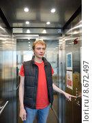 Купить «Молодой человек нажимает на кнопку лифта», фото № 8672497, снято 16 июля 2015 г. (c) Валерия Попова / Фотобанк Лори