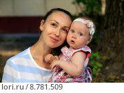 Купить «Мама с маленькой дочкой», фото № 8781509, снято 7 июля 2014 г. (c) Морозова Татьяна / Фотобанк Лори