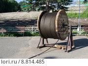 Купить «Большая деревянная катушка с намотанным на неё тросом», фото № 8814485, снято 28 июня 2015 г. (c) Светлана Шимкович / Фотобанк Лори