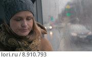 Купить «Грустная женщина в автобусе в дождливый день», видеоролик № 8910793, снято 27 мая 2015 г. (c) Данил Руденко / Фотобанк Лори
