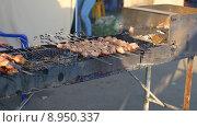 Шашлык на мангале. Стоковое фото, фотограф Александр Пуненко / Фотобанк Лори