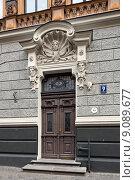 Купить «Входная дверь старинного жилого дома по адресу: ул. Альберта, 9. Старая Рига, Латвия», фото № 9089677, снято 26 июля 2015 г. (c) Bala-Kate / Фотобанк Лори