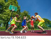 Дети играют в баскетбол на площадке в летнем парке. Стоковое фото, фотограф Сергей Новиков / Фотобанк Лори