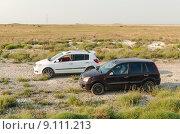 Два автомобиля в Крымской степи (2015 год). Стоковое фото, фотограф Ивашков Александр / Фотобанк Лори