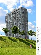 Купить «Двадцатисемиэтажный (26 жилых этажей) одноподъездный каркасно-панельный жилой дом серий КМС-101 унифицированного каталога. Большая Черкизовская ул., 20, корпус 1. Москва», эксклюзивное фото № 9125817, снято 5 августа 2015 г. (c) lana1501 / Фотобанк Лори
