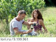 Купить «Couple of winegrowers drinking wine in vineyard», фото № 9199961, снято 22 августа 2018 г. (c) PantherMedia / Фотобанк Лори