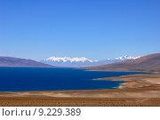 Купить «Landscape of blue lake and snow covered mountains», фото № 9229389, снято 19 декабря 2018 г. (c) PantherMedia / Фотобанк Лори