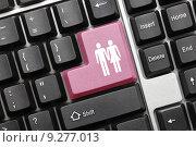 Купить «Концептуальная клавиатура. Розовая клавиша с изображением влюбленной пары», фото № 9277013, снято 30 сентября 2011 г. (c) Самохвалов Артем / Фотобанк Лори