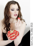 Купить «portrait of young woman with ValentineŽs chocolate box», фото № 9340553, снято 19 июня 2019 г. (c) PantherMedia / Фотобанк Лори