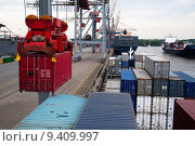 Купить «Container Ship being (un)loaded», фото № 9409997, снято 20 мая 2019 г. (c) PantherMedia / Фотобанк Лори