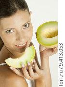 Купить «portrait of woman with melon galia», фото № 9413053, снято 19 июня 2019 г. (c) PantherMedia / Фотобанк Лори
