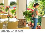 Женщина в открытом ресторане. Стоковое фото, фотограф Антон Глущенко / Фотобанк Лори