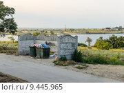 Купить «Мусорные баки в посёлке Новоозерное, Крым», фото № 9445965, снято 10 июля 2015 г. (c) Ивашков Александр / Фотобанк Лори