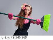 Купить «Домохозяйка со щеткой для уборки», фото № 9546969, снято 23 июля 2015 г. (c) Александр Лычагин / Фотобанк Лори