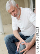 Купить «Senior man with osteoarthritis pain», фото № 9588221, снято 19 октября 2018 г. (c) PantherMedia / Фотобанк Лори