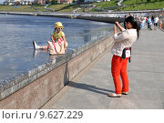 Купить «Город Тюмень. Женщина фотографирует свою дочку. Набережная реки Туры», фото № 9627229, снято 25 июля 2015 г. (c) Александр Тараканов / Фотобанк Лори