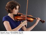 Купить «Young female playing the violin», фото № 9699021, снято 20 августа 2018 г. (c) PantherMedia / Фотобанк Лори