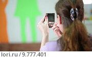Купить «Красивая женщина наносить тональный крем на кожу лица, вид сзади», видеоролик № 9777401, снято 22 июня 2015 г. (c) Кекяляйнен Андрей / Фотобанк Лори