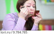 Купить «Молодая женщина наносит тени на веки глаз», видеоролик № 9784785, снято 22 июня 2015 г. (c) Кекяляйнен Андрей / Фотобанк Лори