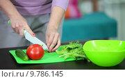 Женщина режет огурец. Стоковое видео, видеограф Кекяляйнен Андрей / Фотобанк Лори