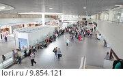 Купить «Зал отправления с ожидающими посадки пассажирами. Аэропорт Пулково, Санкт-Петербург», видеоролик № 9854121, снято 2 августа 2015 г. (c) Кекяляйнен Андрей / Фотобанк Лори