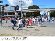 Купить «Люди переходят дорогу по пешеходному переходу на зеленый сигнал светофора. Продольный проезд. Москва», эксклюзивное фото № 9857201, снято 14 августа 2015 г. (c) lana1501 / Фотобанк Лори