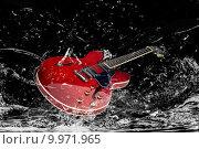 Купить «water wet surf guitar risacca», фото № 9971965, снято 18 июля 2019 г. (c) PantherMedia / Фотобанк Лори