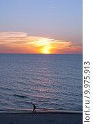 Человек идёт по берегу моря на закате солнца. Стоковое фото, фотограф Svet / Фотобанк Лори