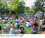 Люди сидят и лежат на зеленой траве. Фестиваль джаза в Эрмитаже (2015 год). Редакционное фото, фотограф Лилия Линкевич / Фотобанк Лори
