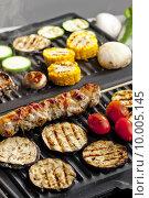Купить «meat skewer and vegetables on electric grill», фото № 10005145, снято 23 апреля 2019 г. (c) PantherMedia / Фотобанк Лори