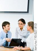 Image of three employees discussing a computer work. Стоковое фото, фотограф Dmitriy Shironosov / PantherMedia / Фотобанк Лори