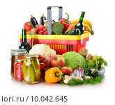 Купить «Plastic shopping basket and grocery isolated on white», фото № 10042645, снято 23 апреля 2019 г. (c) PantherMedia / Фотобанк Лори
